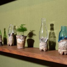 Vue de l'exposition Kasekian – Fossilothèque/ Grès, porcelaine, émail, verre, bois, bronze, tissu, plante/ Dimensions variables/ ©Baptiste Coulon